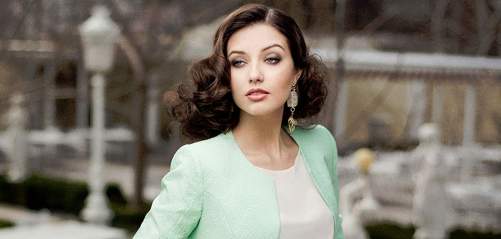Attractive-business-woman-by-Aleksandr-Slyadnev-Creative-Commons